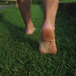 赤腳站在大地就能消疲勞!日本醫師教你何謂[接地氣]? 馬上實踐…